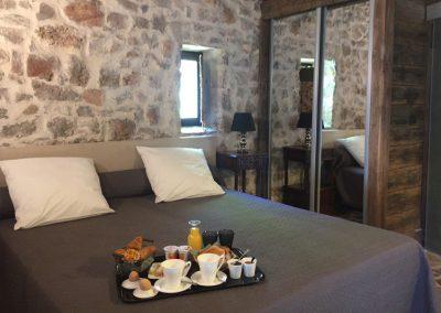 Plateau de petit déjeuner servi en chambre