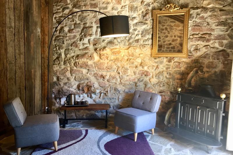 Coin salon de la chambre d'hôte Le Pailler, à Nant