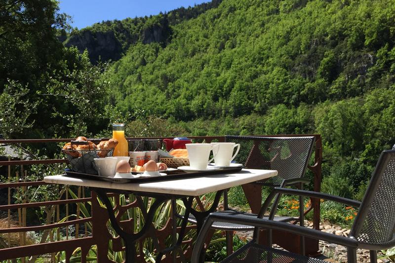 Petit déjeuner sur la terrasse de la chambre d'hôte Le Pailler