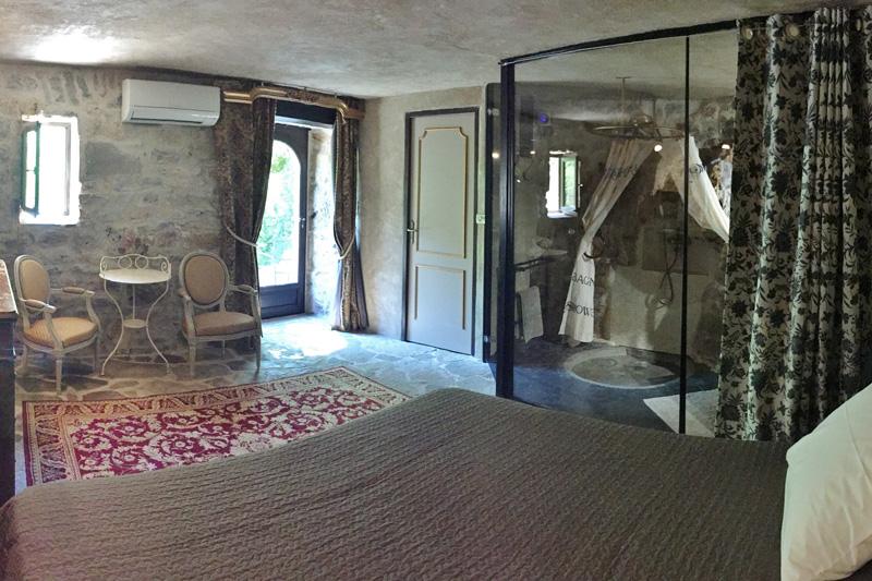 Chambre Rococo, salle de bain taillée dans le roc